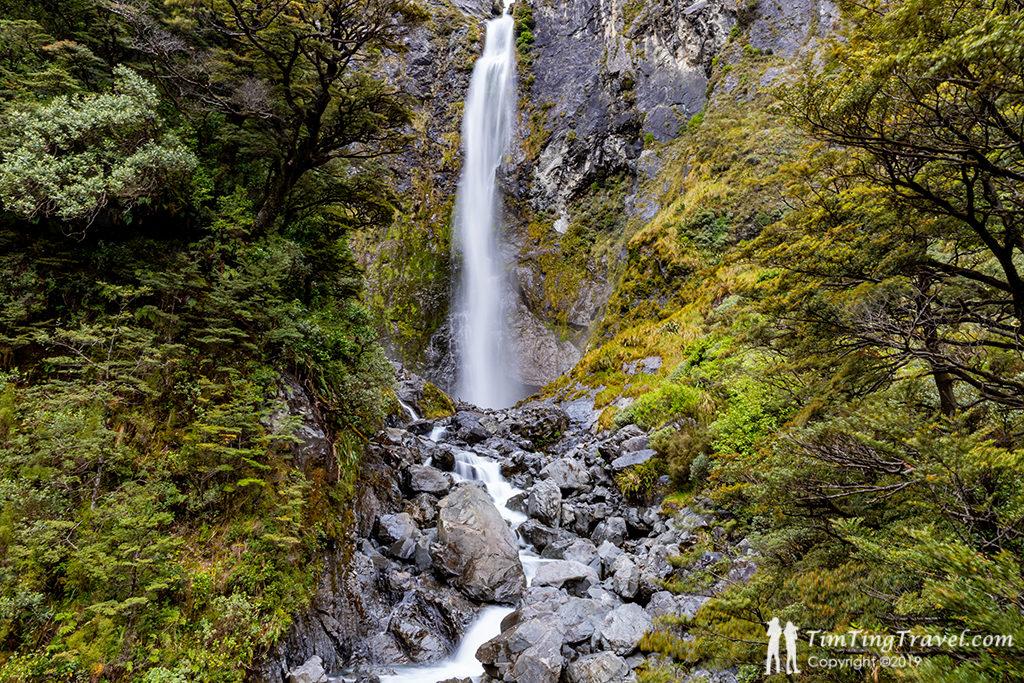 步道終點 Devil's Punchbowl Waterfall (惡魔的高腳杯瀑布)