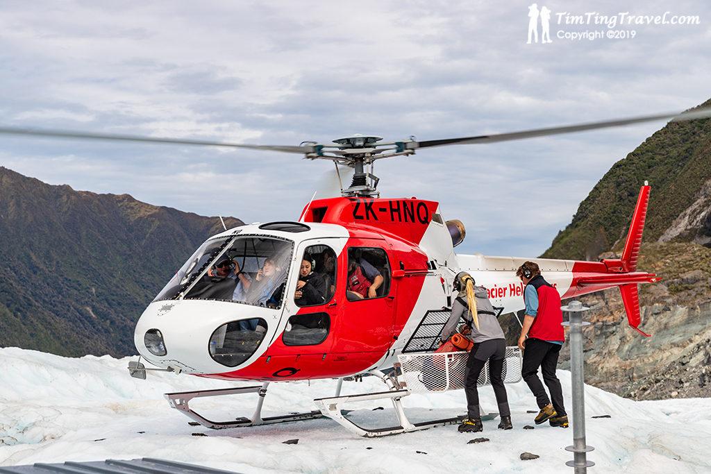 抵達冰河時,教練們會一一扶著旅客下機