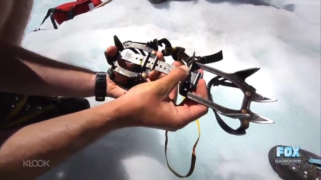 教練們在冰河上細心教導大家如何使用冰爪