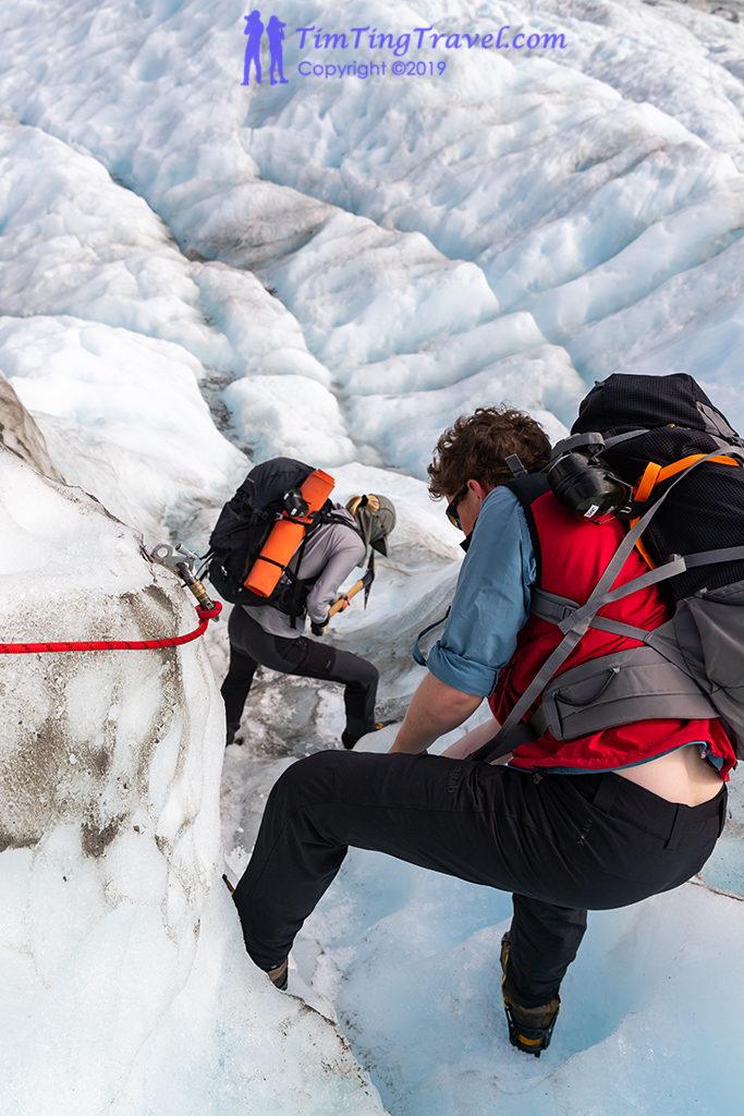 為了讓旅客在冰上能更容易行走,教練們辛勤的鑿出一階一階的走道
