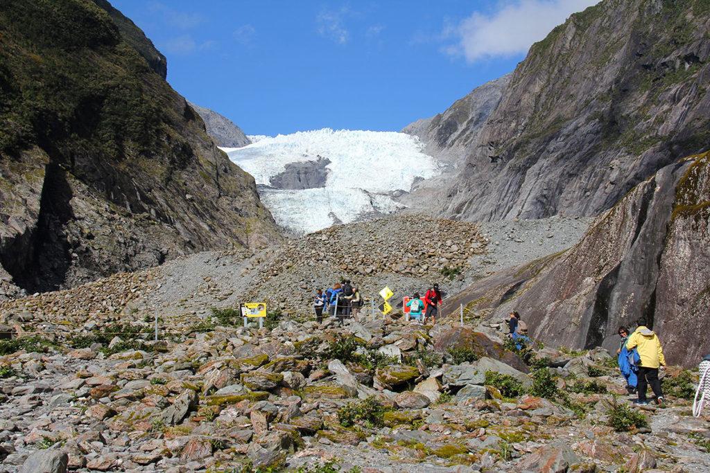 Fanz Josef Glacier (法蘭士‧約瑟夫冰川) 冰河前緣景象,因視角好,能見的冰河量較佳  [此照片攝於2017年初]