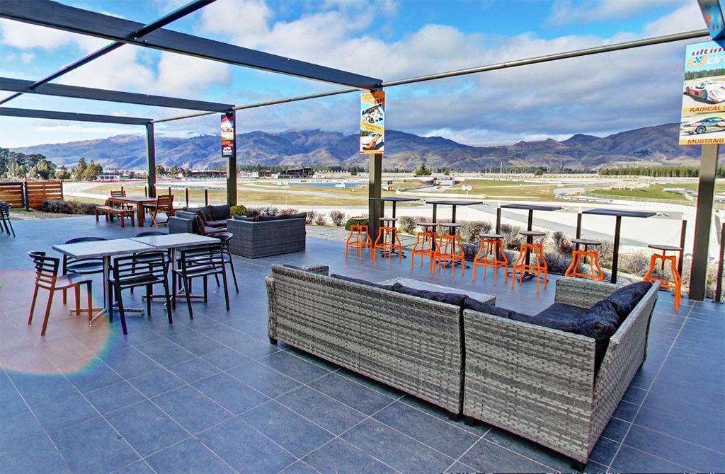 位於博物館二樓的咖啡廳,室外用餐區可將整個賽道盡收眼底