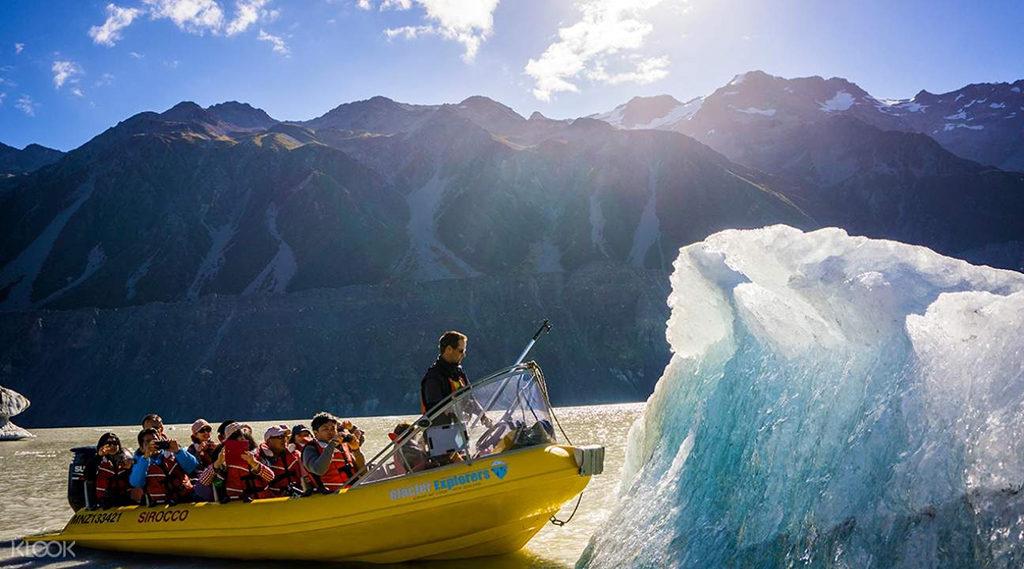 教練於冰河船體驗時,會從這些冰山中取下一小塊冰晶體進行解說