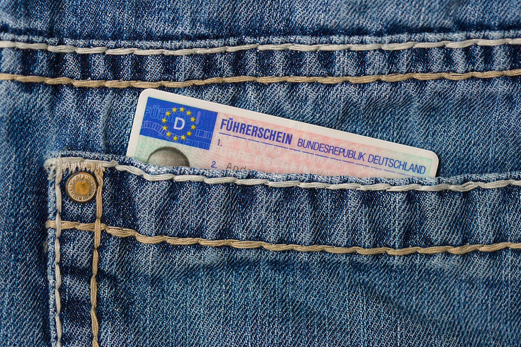 紐西蘭自駕 - 必備證件 1) 國際駕照 2) 本國駕照 3) 護照 4) 信用卡 5) 信用卡的 PIN Code 密碼